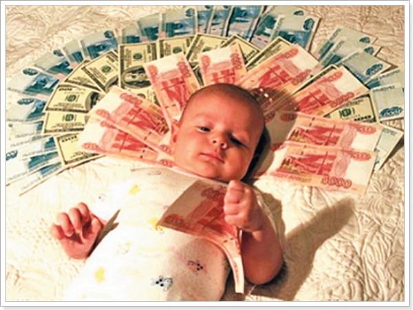 Фотоснимок ребенка и суммы материнского капитала